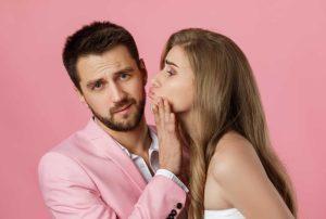 άντρας σπρώχνει γυναίκα φιλάει συμπεριφορές ενοχλούν γυναίκες