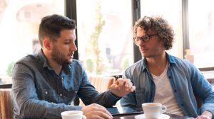 άντρες συζητούν σύζυγος απατάει
