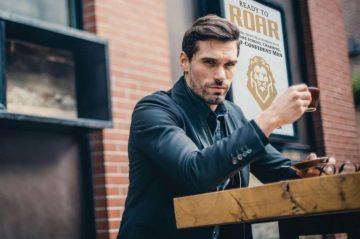 γοητευτικός άντρας πίνει καφές πως είσαι cool
