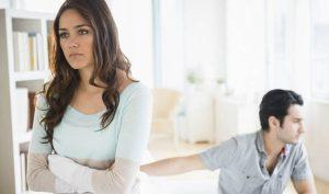 γυναίκα ενοχλημένη άντρα συμπεριφορές ενοχλούν γυναίκες