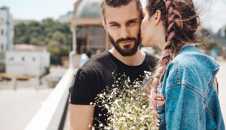 γυναίκα φιλάει άντρα μάγουλο