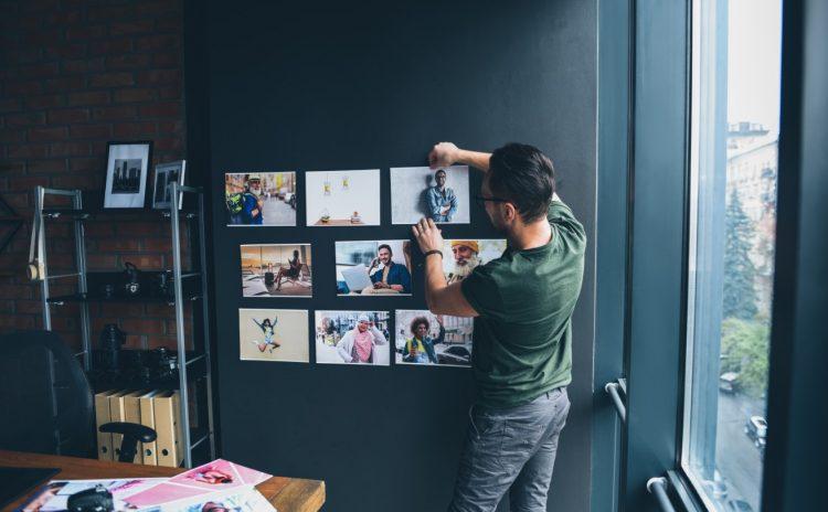 Κολλάζ ή κάδρα με φωτογραφίες στον τοίχο