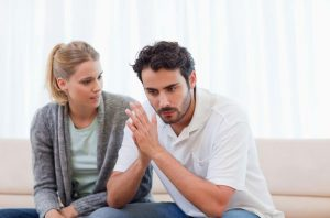 στεναχωρημένο ζευγάρι μιλάει σύζυγος απατάει