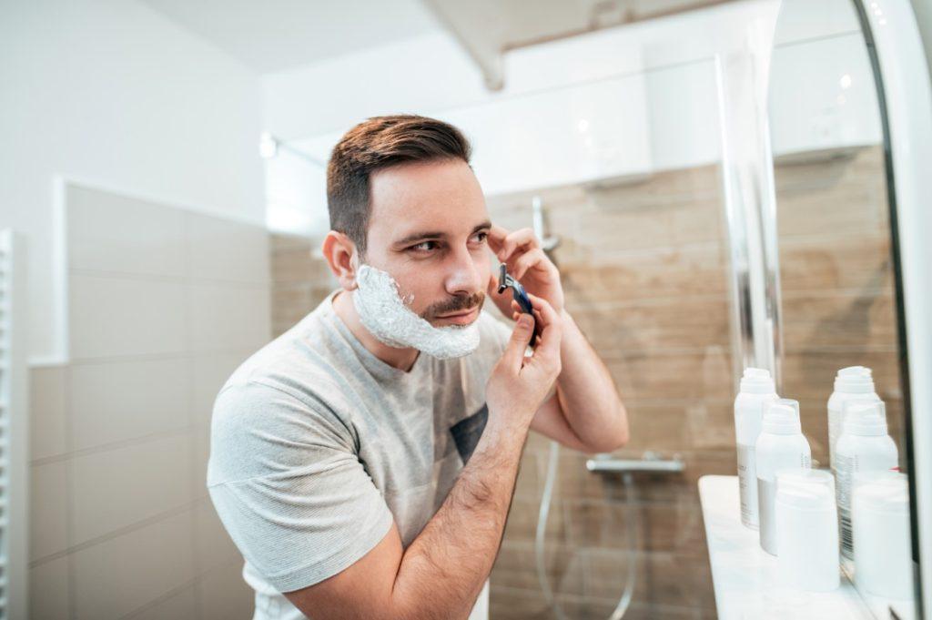 Ξύρισμα μπροστά στον καθρέφτη