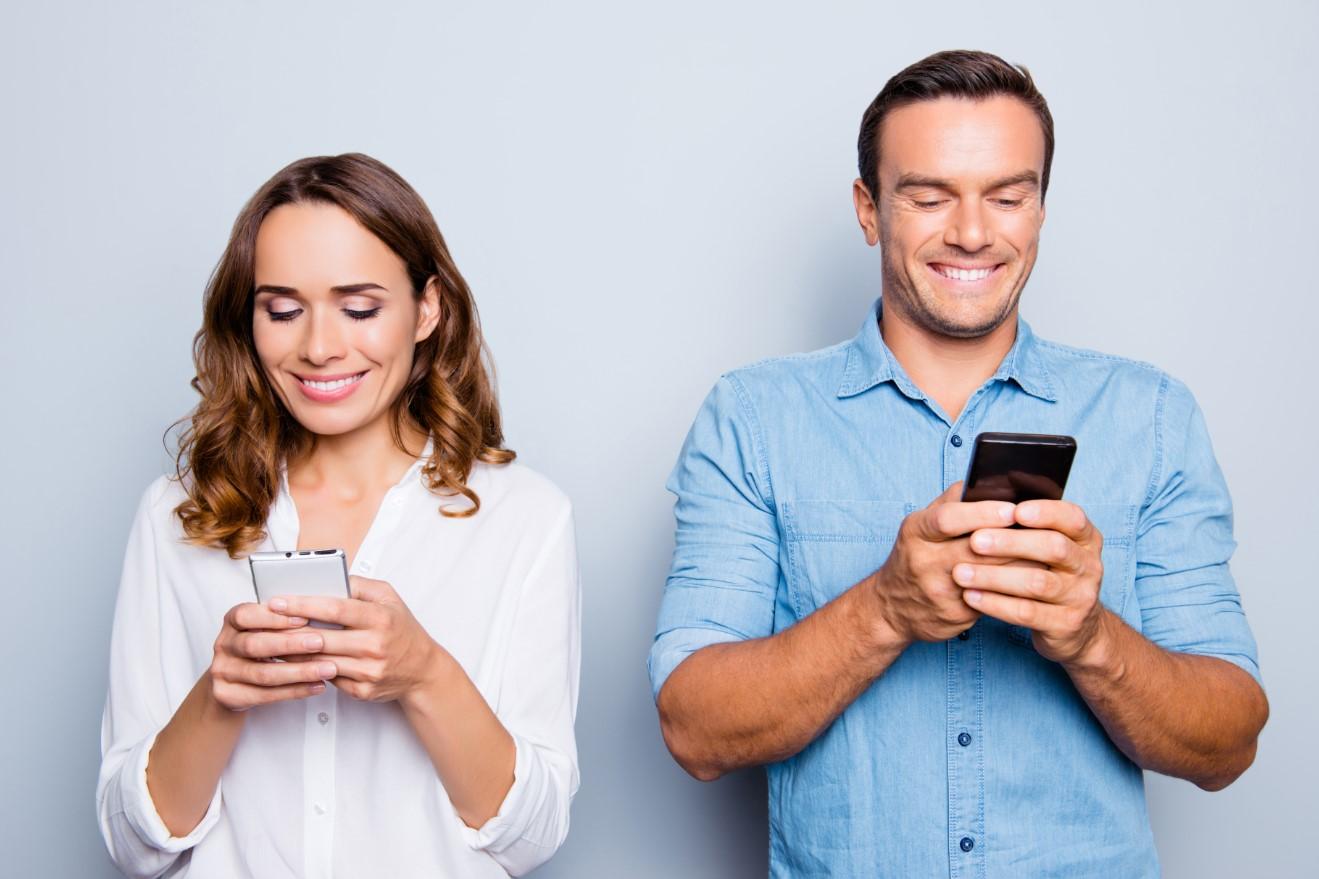 ζευγάρι μιλάει μέσω κινητού