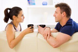 ζευγάρι μιλάει πίνει καφέ μαγεία μακροχρόνια σχέση