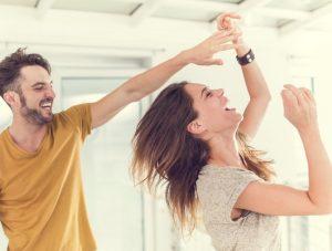 ζευγάρι χορεύει