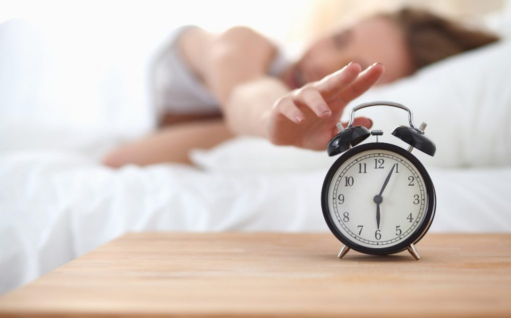 αναβολή στο ξυπνητήρι: δεν ξυπνάς πιο ευχάριστα