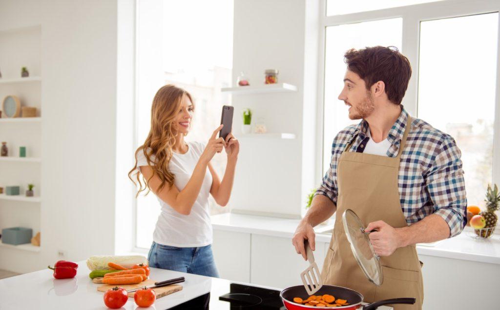 Άνδρας μαγειρεύει