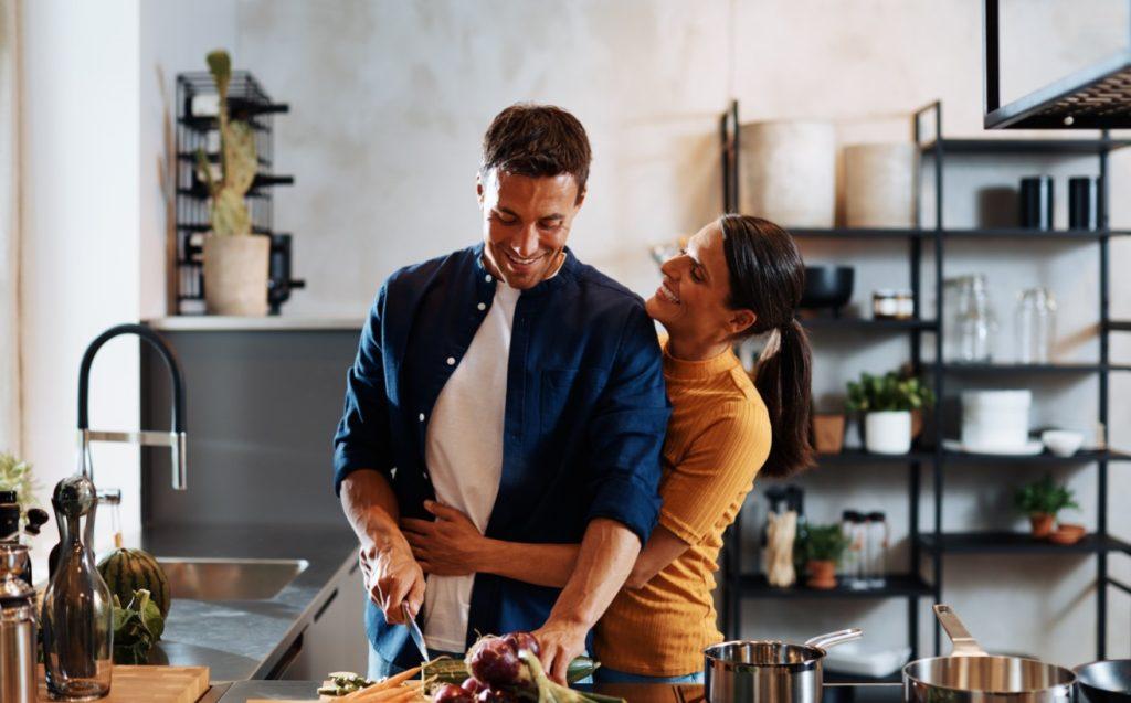 άνδρας μαγειρεύει για την κοπέλα του