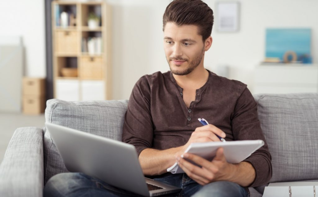 Άνδρας μαθαίνει στον υπολογιστή για να ξαναβρεί το κίνητρο του