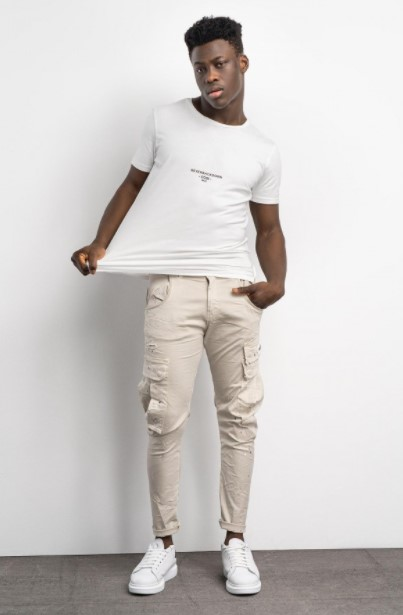 ανοιχτόχρωμο παντελόνι άσπρη μπλούζα
