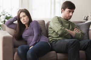 άντρας γυναίκα θυμωμένοι καναπέ καλοί σύζυγοι