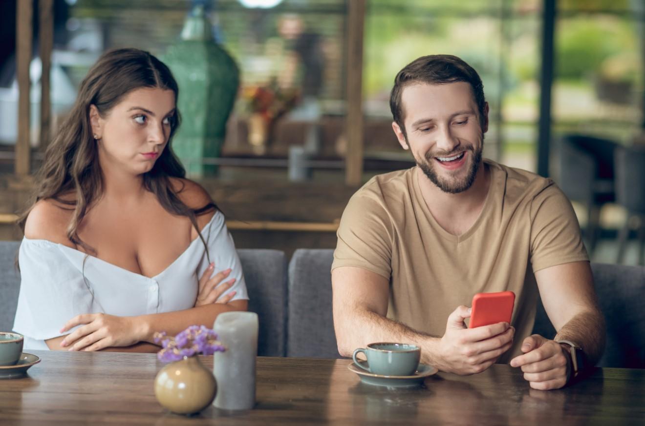 άντρας στο κινητό σε ραντεβού