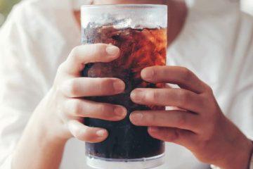ανδρας πίνει αναψυκτικό