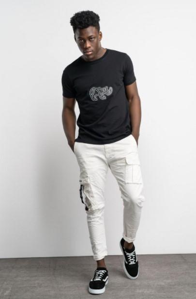 άσπρο παντελόνι μαύρη μπλούζα