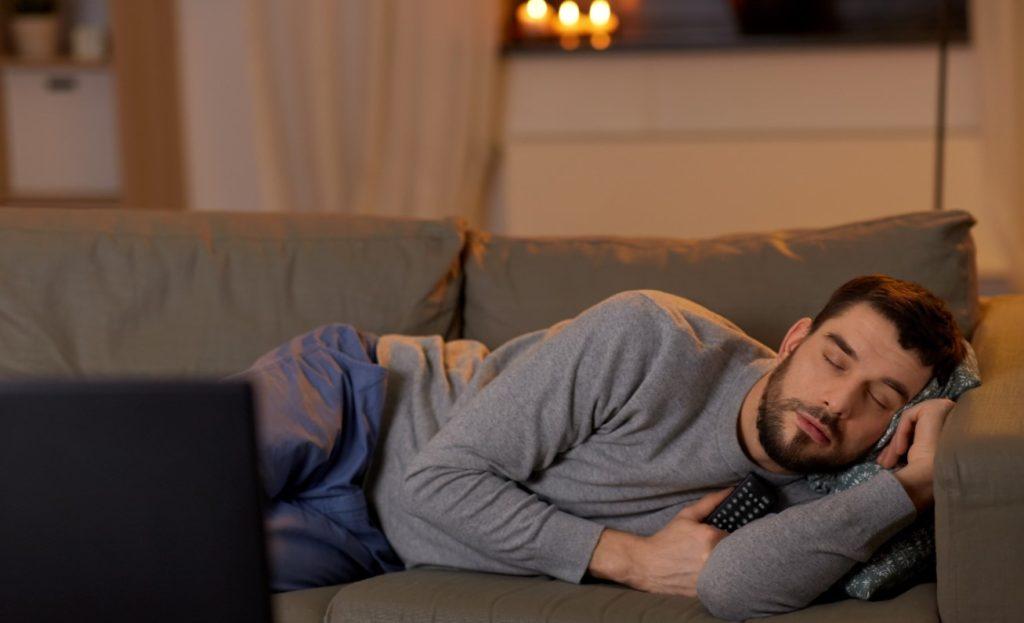 Βλέπει τηλεόραση το βράδυ: ξυπνάς κουρασμένος