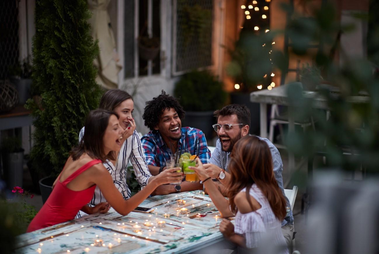 φίλοι έξω για ποτό