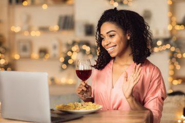 Γυναίκα σε βιντεοκλήση να πίνει κρασί, τρόποι για να μην βαρεθείς την σχέση εξ αποστάσεως