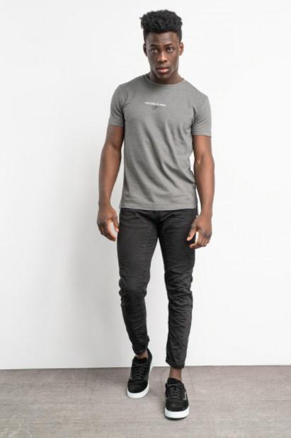 γκρι παντελόνι γκρι μπλούζα