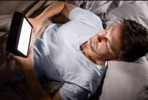 κοιτάς το κινητό πριν κοιμηθείς