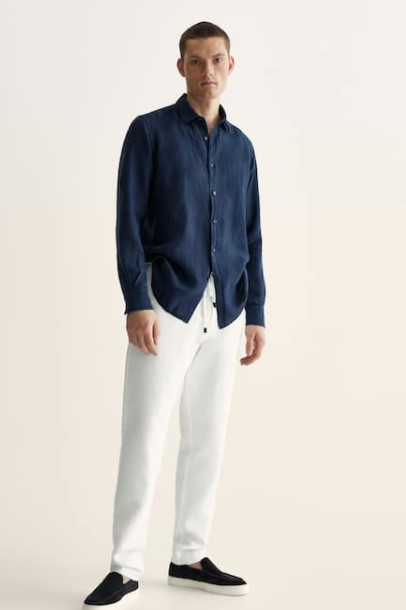 μπλε πουκάμισο άσπρο παντελόνι