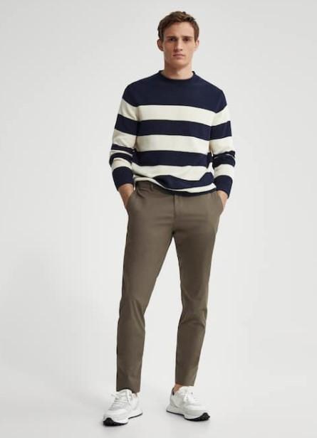 μπλε ριγέ πουλόβερ μπεζ παντελόνι