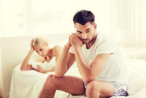 σκεπτικός άντρας γυναίκα κρεβάτι