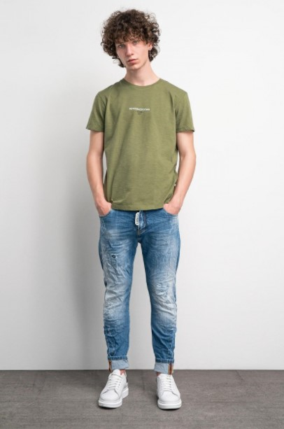 τζιν παντελόνι χακί μπλούζα