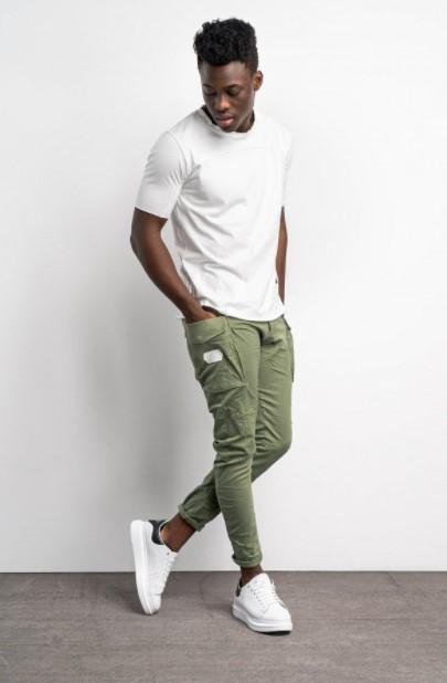 χακί παντελόνι άσπρη μπλούζα
