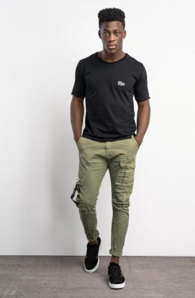 χακί παντελόνι μαύρη μπλούζα