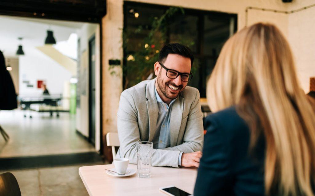 άνδρας γελάει με γυναίκα, έχει θέματα συζήτησης