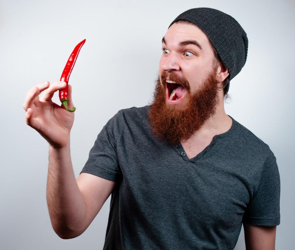 άνδρας κρατάει πιπεριά