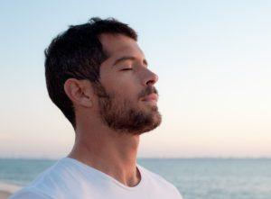 άντρας αναπνέει θάλασσα