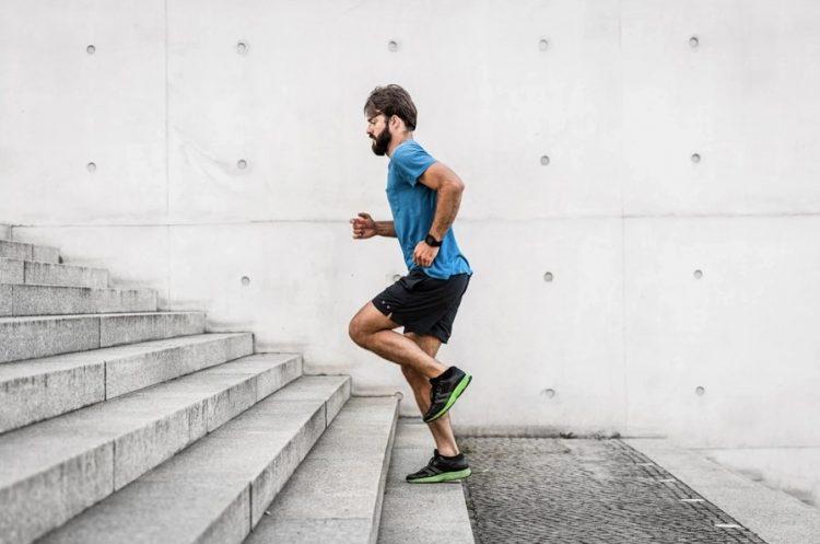 άντρας ανεβοκατεβαίνει σκάλες τονώσεις το μεταβολισμό