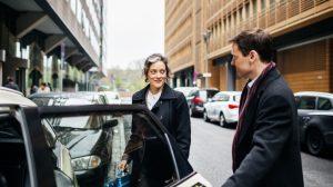 άντρας ανοίγει πόρτα αυτοκινήτου γυναίκα