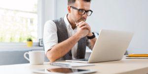 άντρας δουλεύει υπολογιστή