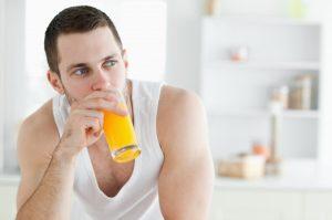 άντρας πίνει χυμό περιορίσεις το στρες