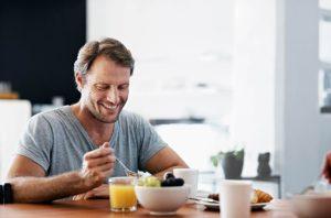 άντρας τρώει πρωινό