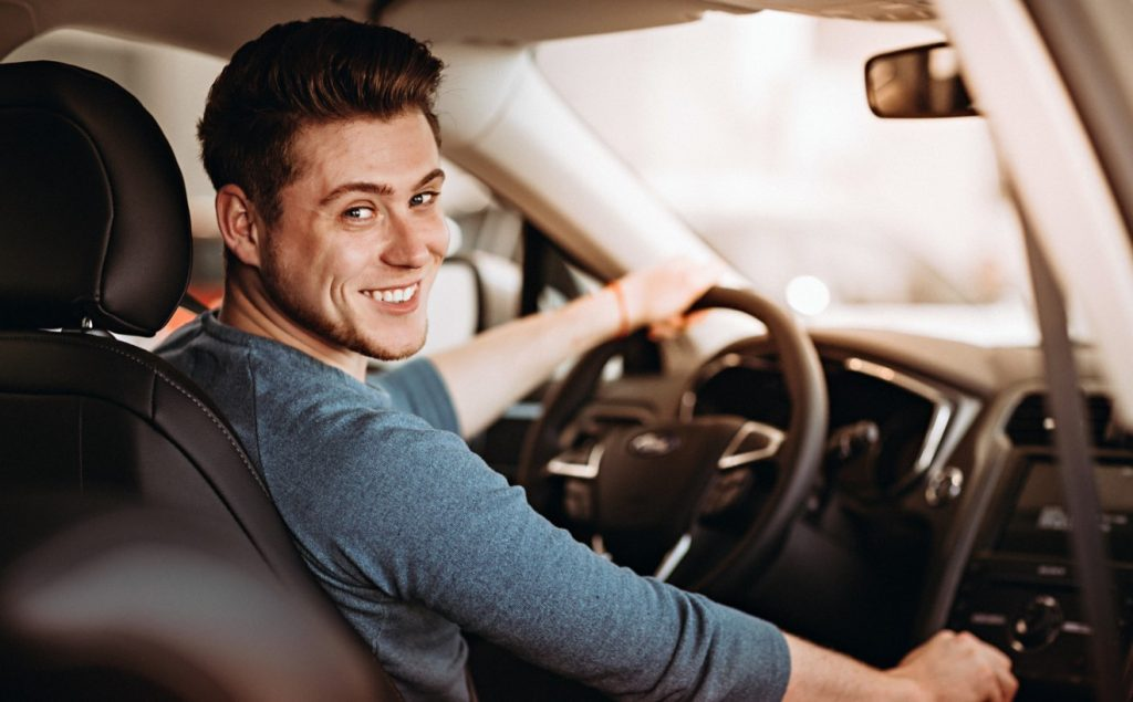 businessman χαμογελαστός οδηγάει