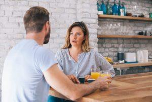γυναίκα μιλάει σε άντρα