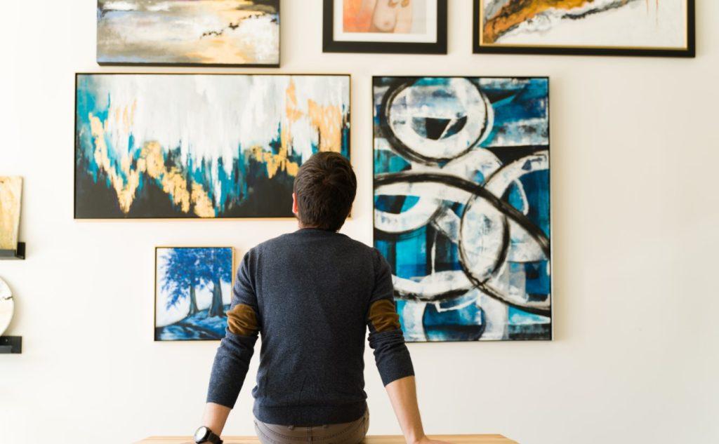 κοιτάει πίνακες