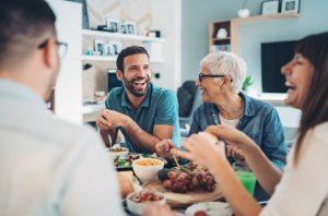οικογένεια τρώει γελάει κάνουν κοπέλα σου χαρούμενη