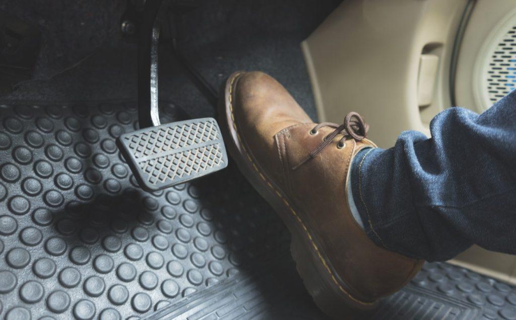 πατάει γκάζι απότομα: δε βοηθάει στην συντήρηση του αυτοκινήτου