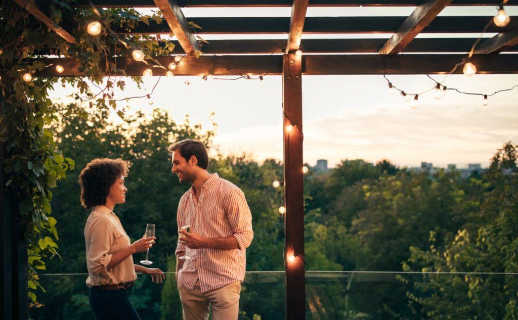 πίνουν κρασί σε μπαλκόνι