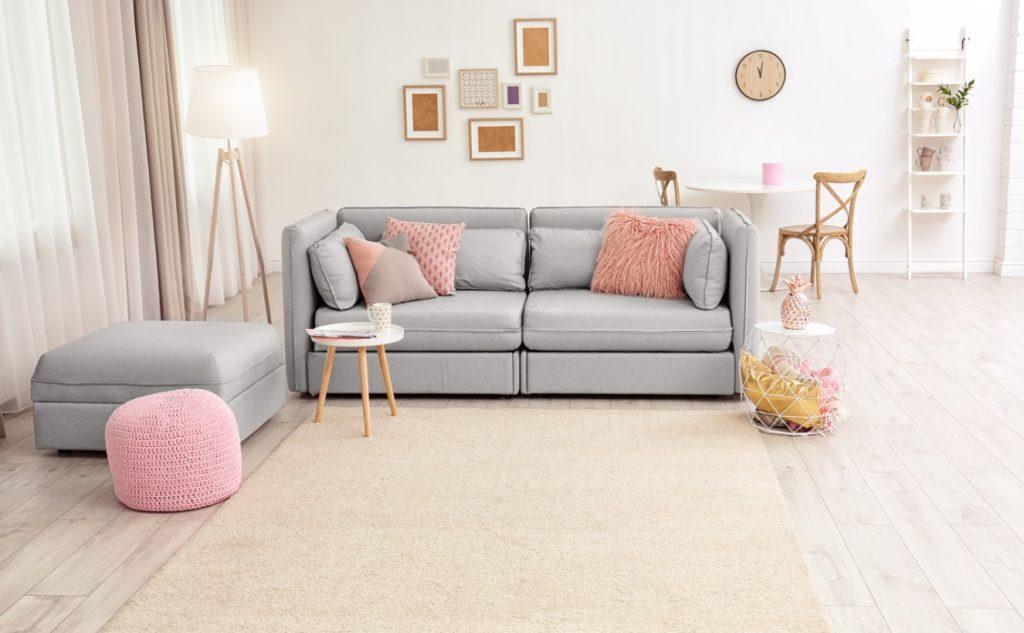 πουφ στο σαλόνι, ένας από τους τρόπους να ανανεώσεις το διαμέρισμα σου