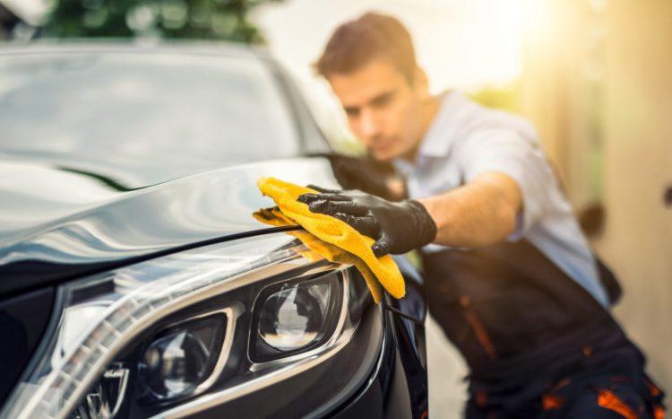 Καθαρίζει και πλένει για την καλή κατάσταση αυτοκινήτου