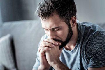 στεναχωρημένος άντρας σταυρωμένα χέρια την ξεπεράσεις