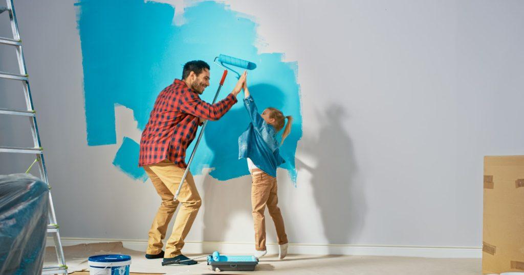 βάφουν έναν τοίχο στο διαμέρισμα τους
