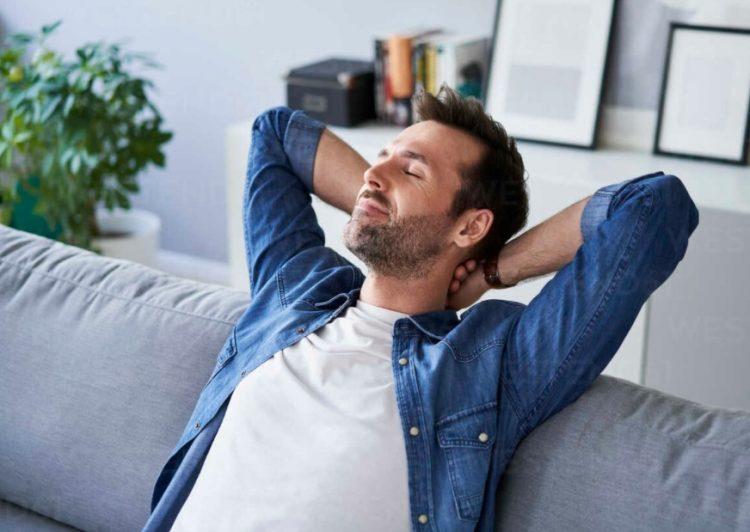 χαλαρός άντρας καναπέ περιορίσεις το στρες
